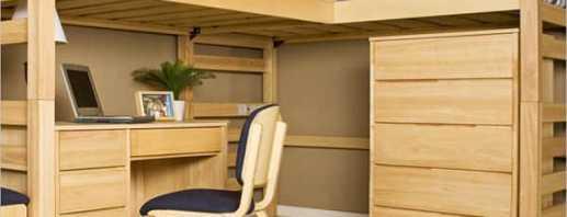 Variété de lits superposés avec une table et une armoire spacieuse