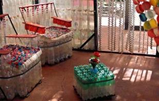 Assemblage bricolage de chaises à partir de bouteilles en plastique, étapes de travail