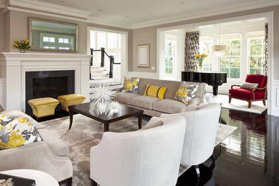 Disposition symétrique des meubles dans le salon