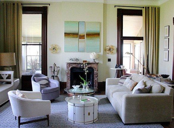 Disposition asymétrique pratique des meubles dans le salon