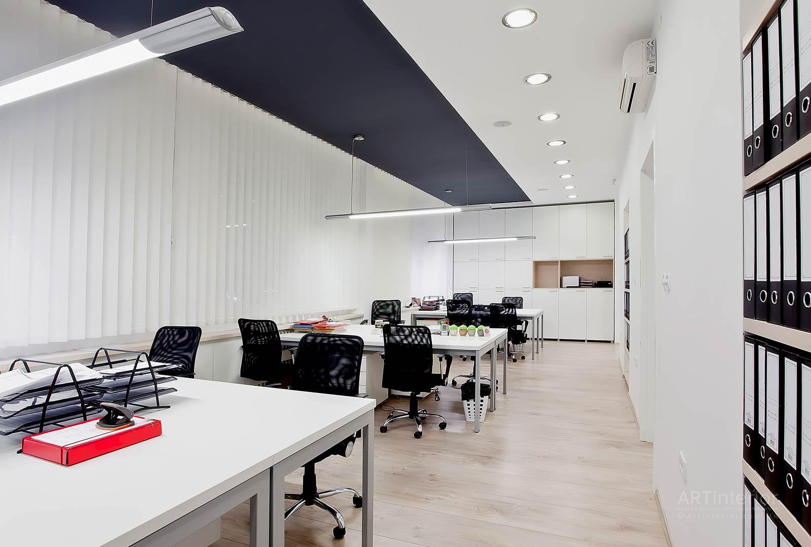 Des tons blancs dans la conception d'une pièce spacieuse