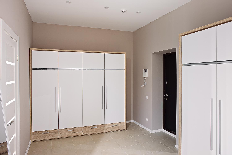 Armoire blanche dans la conception de l'appartement