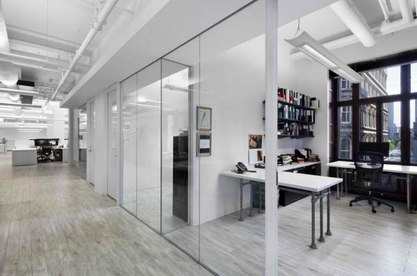 Nous rendons le bureau beau et pratique pour le travail