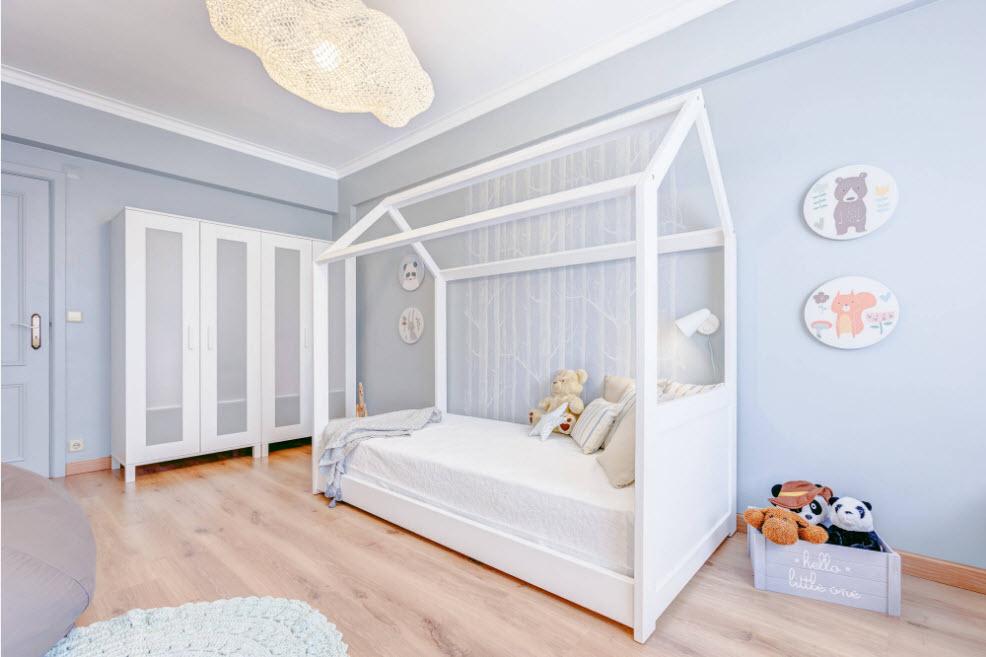 Chambre pour bébé aux couleurs vives