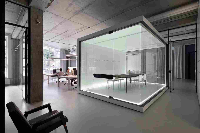 L'utilisation du verre dans une salle de bureau